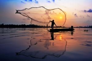 pescador lanzando red